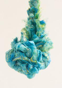 Hermosos remolinos de pintura en el agua forman retratos impresionantes