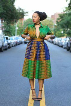 vêtement en style rétro années 50, jupe longue africaine, robe africaine, décolleté déboutonné, motifs déco de la robe en vert et en bleu royal African Wear, African Dress, African Fashion, Robes Glamour, Top Mode, Style Africain, Retro Stil, Afro Punk, African Design