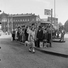 Matkustajia linja-autopysäkillä Rautatientorilla vuonna 1952. (Kuva Hgin kaupunginmuseo, Volker von Bonin) History Of Finland, Map Pictures, Photos, Helsinki, Time Travel, The Past, Street View, Black And White, Country