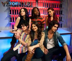 Awww Tori and Beck are the cutest and best Nickelodeon couple ever! I love Beck's look on his face! He's like omg:Oh My Gosh Tori is beautiful gorgeous and I know she's right next to me and he's being all shy Victorious Show, Jade Victorious, Victorious Nickelodeon, Tori And Beck, Ariana Grande Facts, Nickelodeon Cartoons, Avan Jogia, Elizabeth Gillies, Taylor Kitsch