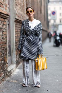 Cool checkered trench with yellow bag