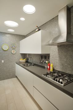 Cozinha em tons de cinza. https://www.homify.com.br/livros_de_ideias/29217/conheca-um-apartamento-ecletico-deslumbrante