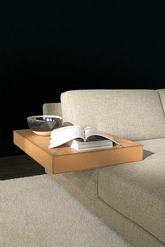 Tavolino in cuoio - accessorio per il divano moderno Madison di Tino Mariani - la cucitura è realizzata con filo in contrasto con il colore del cuoio