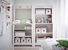 Cambiador blanco y estantería con cajas de almacenaje de diferentes tamaños