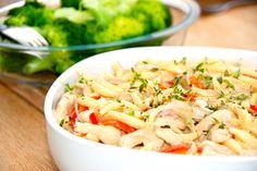 Pasta med kylling er nem aftensmad, som både børn og voksne kan lide. Pasta og kylling laves i en skøn flødesovs, der er smagt til med sennep. Foto: Guffeliguf.dk.