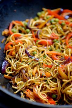 Chinese noodles sautéed with vegetables - - Thai Recipes, Asian Recipes, Vegetarian Recipes, Healthy Recipes, Recipes Dinner, Cooking Recipes, Naan, Evening Meals, Food Inspiration
