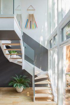 Een nieuw interieur met schilderwerk - Zo mooi dit - Geeft diepte en extra sfeer dit  grijze vlak dat meeloopt met de trap. Als de muur helemaal wit was geweest was het saai en zonder uitstraling