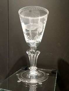 Dordrecht - Dordrechts Museum - eigen collectie. Kelkglas 'Vrintschap' - Radgravure 1725-1750. Foto: G.J. Koppenaal, 19/5/2016.