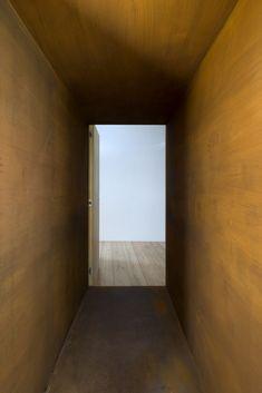 Galeria de Casa na Chamusca Da Beira - João Mendes Ribeiro _ aço cortém como passarela entre casa antiga e nova
