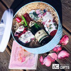 Dárkový koš pro ženy růžové snění  Dárkový koš je skvělý a hodnotný dárek pro každou náročnou ženu. Dopřejte si pohodlné chvíle plné relaxace, otevřete lahvinku sektu a užívejte klid při růžové koupeli.