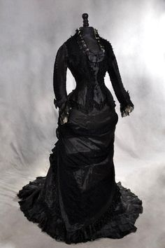 Black lace dress from Mme Roger, 1878. © Photo Gilles Labrosse.