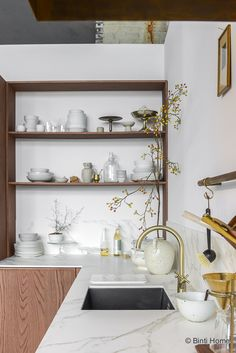 23 Charming Cottage Kitchen Design and Decorating Ideas that Will Bring Coziness to Your Home - The Trending House Rustic Kitchen Cabinets, Kitchen Shelves, Kitchen Decor, Look Wallpaper, Kitchen Views, Kitchen Models, Cabinet Decor, Simple House, Kitchen Styling