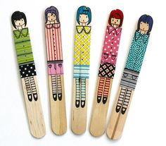 How cute and easy are these sweet craft stick dolls.  Grab the kids, some popsicle sticks, washi tape and markers and you'll have a party going in no time.