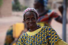 Shzamina es de una pequeña aldea en Burkina Faso.  Tiene un gran papel, es la encargada del pozo. Con una gran sonrisa, rellena los bidones de todas las personas que se acercan hasta ahí. Cobrando una simbólica cantidad, hace que este pozo esté siempre activo. Gracias a estas pequeñas donaciones, se solucionan los problemas que puedan surgir.  Puede parecer que no es mucho, pero gracias a estar ahí día a día, todo funciona: los niños van al colegio, las mujeres tienen más tiempo...
