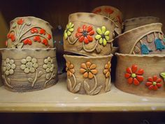 Pottery is elegant, diverse and quite the attractive addition to any part of your home. The kitchen is no exception as it can also benefit from the addition of pottery in a variety of ways. Ceramics Projects, Clay Projects, Clay Crafts, Ceramic Planters, Ceramic Clay, Pottery Plates, Ceramic Pottery, Painted Flower Pots, Hand Built Pottery