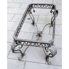Tavolinetto in ferro battuto stile barocco con foglie in ferro sbalzate a mano.