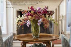 Decoração de: Detalhes; mesa lateral redonda de madeira; Casa de Valentina