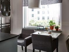 Zwei Klapptische an einem Fenster, davor bequeme Stühle (man kann 1 oder 2 Tische hochklappen) und 2 Gästestühle an der Wand