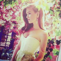 Pretty as a picture. Isla Fisher in dec @instylemag #islafisher #springtime