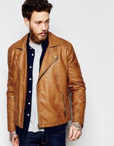 Ook deze mooie jas met lederlook is in de uitverkoop. Mooie jas voor de lente toch? #mannen #heren #mode #zomerjas #leer #biker #jacket #faux #leather #mens #fashion #sale
