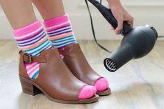 une paire de chaussettes et un sèche cheveux pour agrandir les chaussures étroites