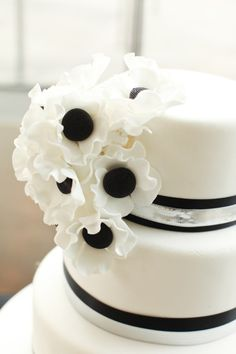 Black and White Winter Wedding Cake - Winter in the City theme
