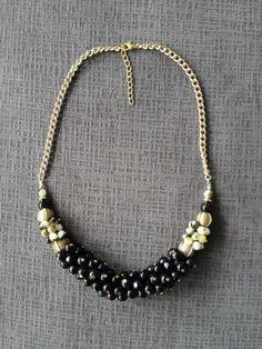 Collier en plaqué or, corne noire, nacre et perles artisanales africaines en laiton