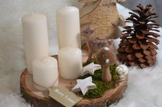 Schönes Arrangement aus einer großen Baumscheibe aus Birke mit 4 unterschiedlich großen Kerzen, Moos, einer Dekofigur, sowie Tannenzapfen, Sternen und einem Filzpilz! Ein schönes Deko-Arrangement...