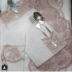 Home tekstiles - Home Textiles Diy Home Crafts, Diy Home Decor, Deco Table Noel, Burlap Table Runners, Napkin Folding, Wedding Table Settings, Stuffed Animal Patterns, Decoration Table, Crochet Designs