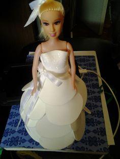 Boneca com vestidinho em EVA branco com detalhes m glitter e fitas :D