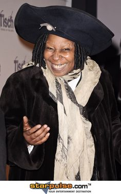 Whoopi Goldberg (big hat) All Jokes, Whoopi Goldberg, Best Actress, You Funny, American Actress, Comedians, Actors & Actresses, Fashion Models, Black Women