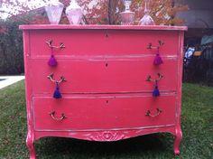 COMODA FRANCESA CON TALLAS COLOR CORAL DECAPADA Ideas Para, Dresser, Coral, Antiques, Furniture, Home Decor, Antique Painted Furniture, Recycled Furniture, Hot Pink