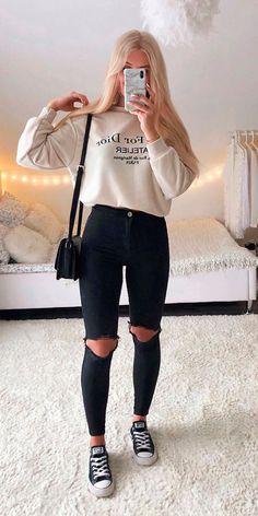 Se você é do time das basiquinhas e estilosas vai adorar se inspirações nas combinações descomplicadas de Lisa Rosii. A a it girl arrasa... Blusão de moletom bege, calça preta com rasgo no joelho, calça skinny preta, bolsa box, tênis all star preto.  #lookdefrio #calcadestroyed #moletom Trendy Fall Outfits, Cute Comfy Outfits, Basic Outfits, Sporty Outfits, Winter Fashion Outfits, Simple Outfits, Look Fashion, Outfits For Teens, Stylish Outfits