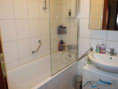 Das innenliegende Badezimmer verfügt über eine Badewanne mit Duschwand.