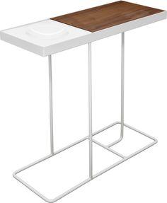 Companion sidebord i hvitlakkerte metall ben, en vendbar plate i eik- og valnøttfiner, samt en skål i glasert keramikk. Dimensjoner: B17.5cm x L47.5 x H44 cm. Kr. 600,-