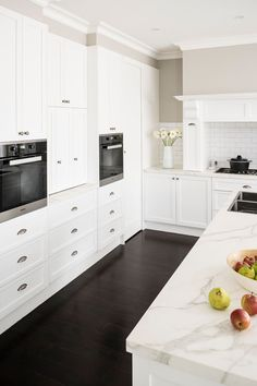 A supremely fresh and airy kitchen with dark floorboards and white two pack polyurethane finish on cabinetry. A marble benchtop caps off the look and … - Marble Kitchen White Shaker Kitchen, Classic White Kitchen, Shaker Style Kitchens, Modern Classic, White Kitchens, Marble Benchtop, Kitchen Benchtops, Kitchen Layout, New Kitchen
