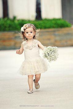 Oscar de La Renta 2014 spring and summer wedding dress show. attraction is flower girl