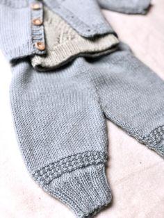 Johns hentesæt - strikkede babybukser i blød merinould - FiftyFabulous Baby Leggings, Knitting Videos, Baby Knitting Patterns, Little Ones, Ravelry, Free Pattern, Maternity, Baby Boy, Men Sweater