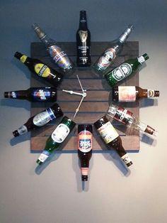 Reuse those old beer bottles and make a DIY beer bottle clock. Perfect for the man cave. (Liquor Bottle Present) Do It Yourself Decoration, Pub Sheds, Deco Restaurant, Upcycled Home Decor, Man Cave Garage, Man Cave Shed, Man Cave Basement, Wine Bottle Crafts, Beer Bottles