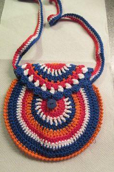 Gehaakt tasje in de kleuren rood, wit, blauw en oranje. Gemaakt van katoen.  Gemaakt door C.Koek.