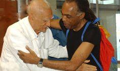 Dois artistas e políticos: na abertura da Feira Música Brasil, em Recife, em 2007, Suassuna encontra o então ministro da Cultura, Gilberto Gil Gleyson Ramos / Agência O Globo
