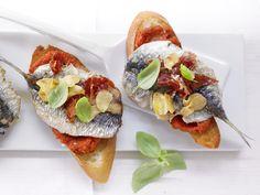 Mediterrane Sterneküche: Paprika-Crostini mit Sardinen und luftgetrocknetem Schinken - smarter - Kalorien: 184 Kcal - Zeit: 30 Min. | http://eatsmarter.de/rezepte/paprika-crostini-sardinen