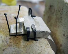 Diario aprendiz de joyero: Pulsera semirígida articulada con charnela y cierre de caja oculto Jewelry Clasps, Jewellery, Metal Working, Cufflinks, Jewelry Making, How To Make, Accessories, Tools, Book Jewelry