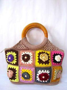 Ce sac à main est très joli.Conception unique avec poignée en rotin.Elle est main crochet granny multicolore carrée des pièces qui combiner
