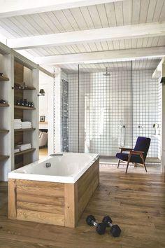 Toute de lambris en chêne vêtue, la baignoire donne sur une douche à l'italienne de rêve