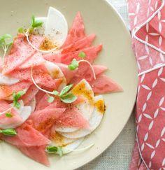 Salada de melancia com nabo fatiado