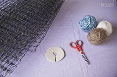 Las alfombras son una estupenda forma de decorar el hogar y dar un estilo más personal a la casa. En esta oportunidad, te mostraremos cómo hacer una alfombra de lana muy original y bonita.Para hacer esta alfombra en forma rápida y sencilla, no te pierdas el video exclusivo que hemos preparado para esta manualidad, d