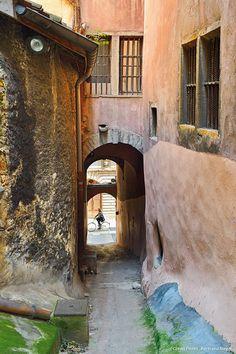 Lyon, traboule égout Belle France, Lyon France, Provence France, Beautiful Buildings, Beautiful Places, Lyon City, France Colors, Best Travel Deals, French Architecture