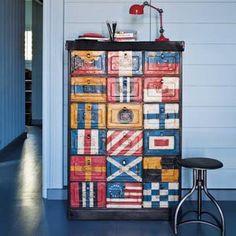 Decorar con banderas: muebles y objetos decorativos vintage. Bargueño vintage con banderas. Foto © www.maisonsdumonde.com