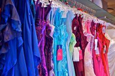 Riesige Auswahl an langen und kurzen Abendkleidern für die Brautjungfern, Brautmütter und Co.